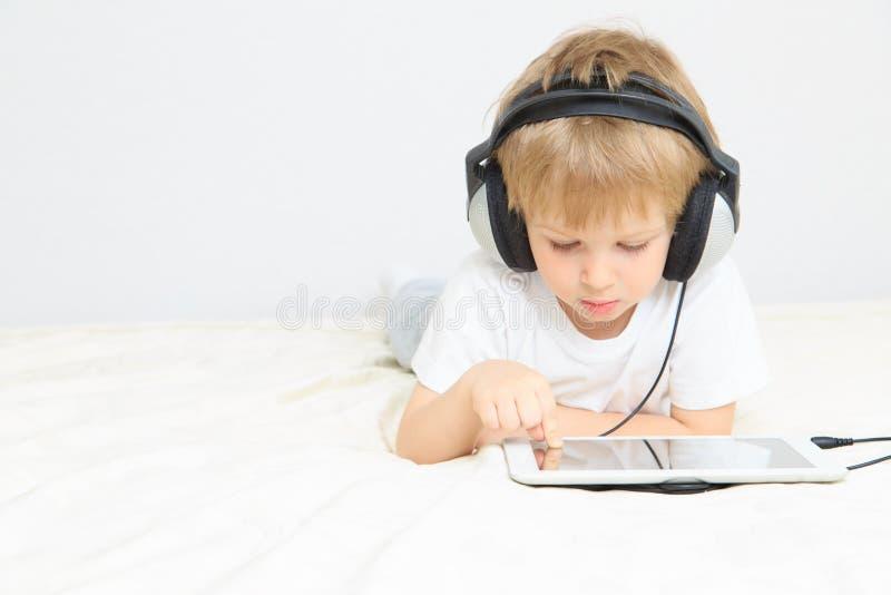 Chłopiec z słuchawki używać dotyka ochraniacza zdjęcia royalty free