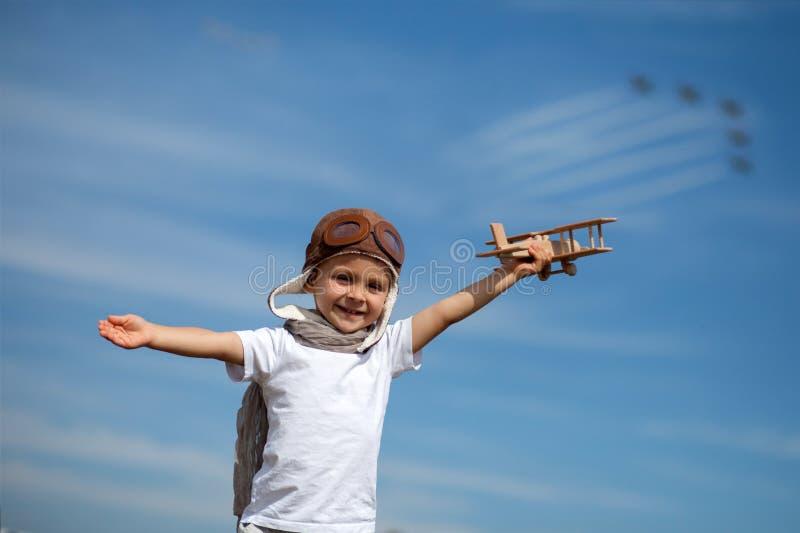 Chłopiec z samolotem na lotniczym fest zdjęcie stock