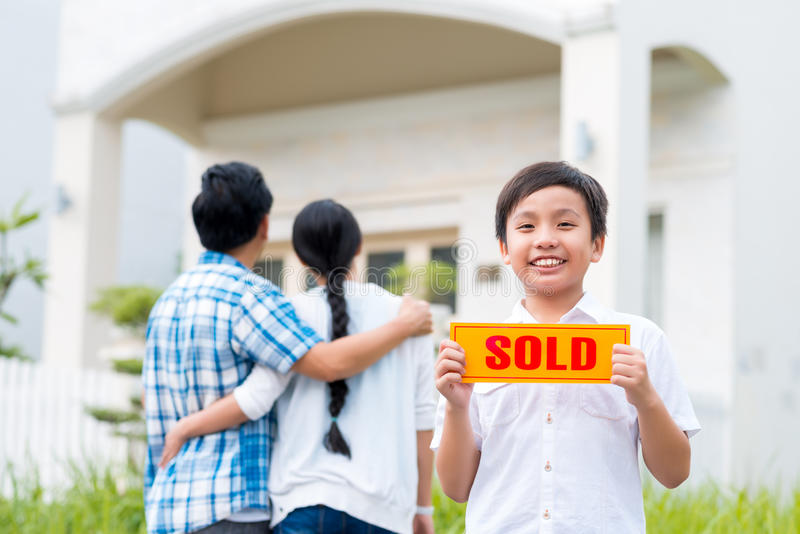 Chłopiec z sprzedającym znakiem obrazy royalty free
