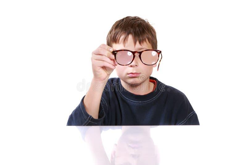 Chłopiec z szkłami i niskim wzrokiem obrazy royalty free