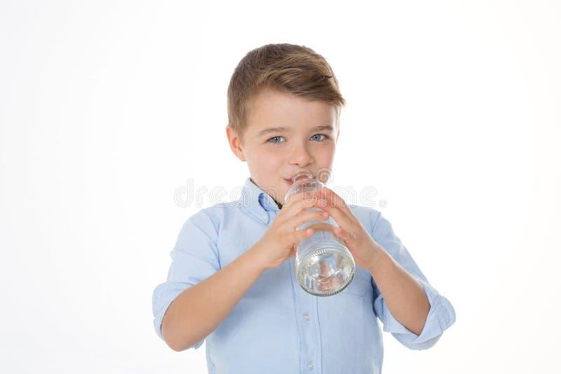 Chłopiec z szklaną butelką obrazy stock