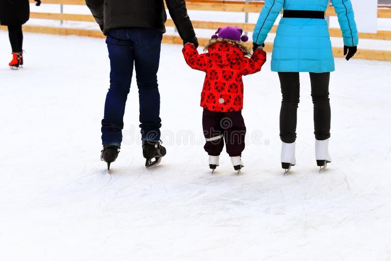 Chłopiec z tatą i mamą jeździ na lodzie zimą. Aktywny sport rodzinny, wakacje zimowe, kluby sportowe obrazy royalty free