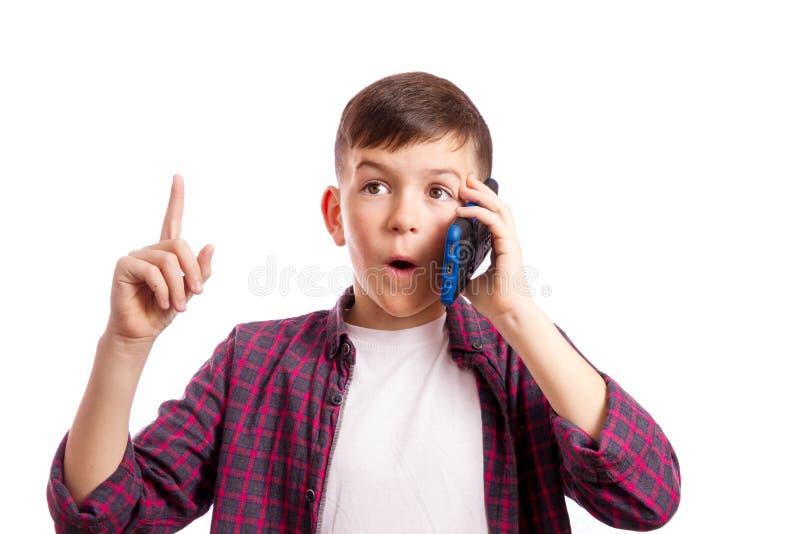 Chłopiec z telefonem zaskakiwał zdjęcie royalty free