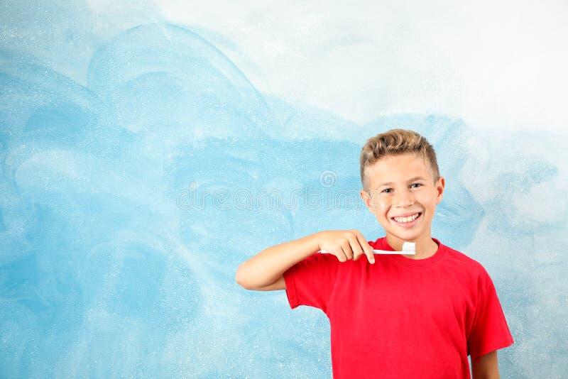 Chłopiec z toothbrush na koloru tle obraz stock