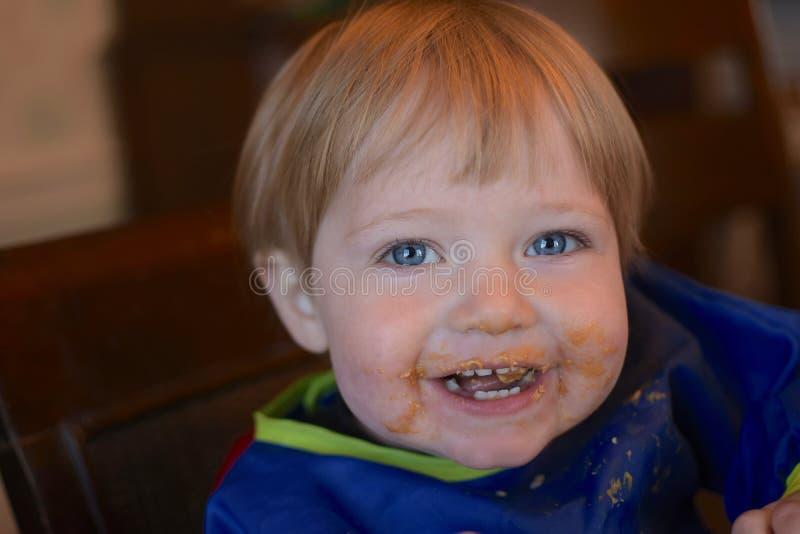 Chłopiec z upaćkaną twarzą obrazy royalty free