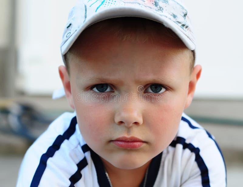 Chłopiec z wyrażeniową kwotą i twarzowymi wizerunkami fotografia stock