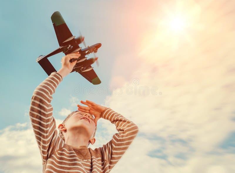 Chłopiec z zabawka samolotem fotografia stock