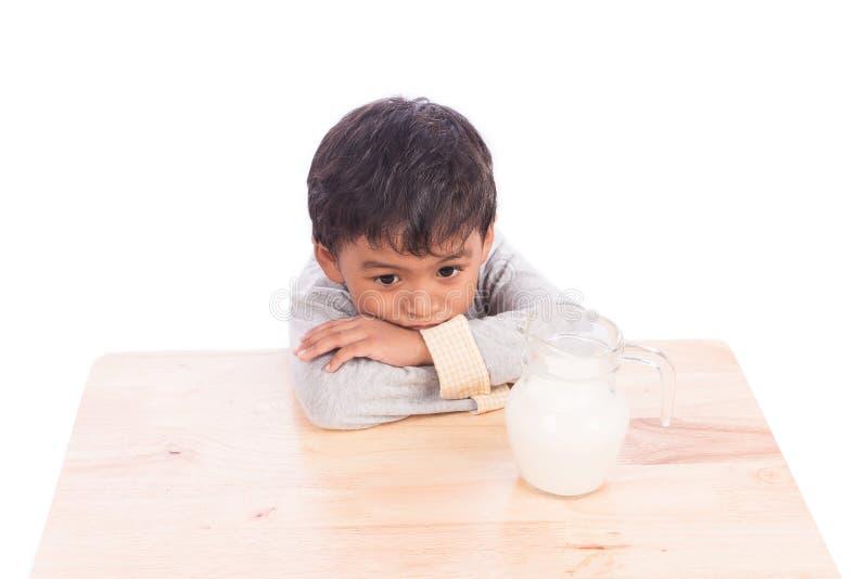 chłopiec zanudzająca z mlekiem zdjęcie royalty free