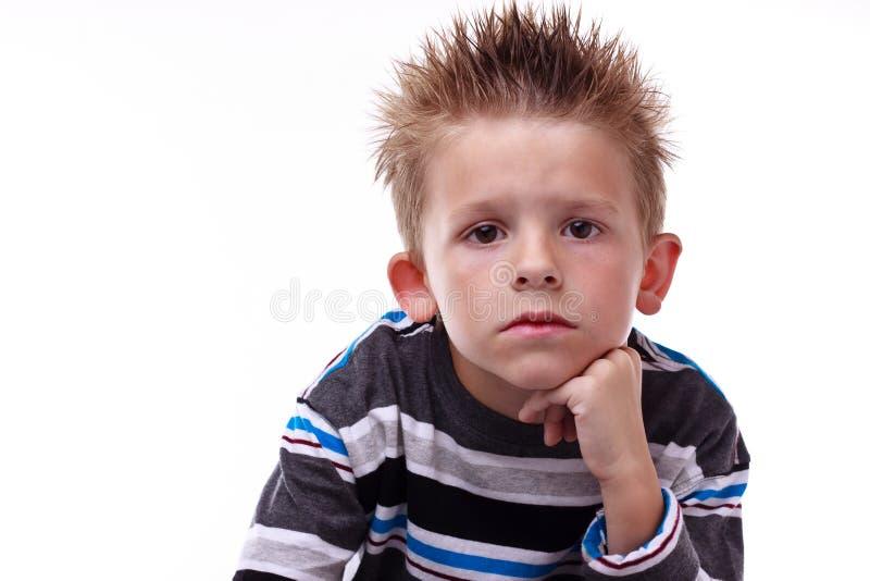chłopiec zanudzający potomstwa śliczni przyglądający fotografia royalty free