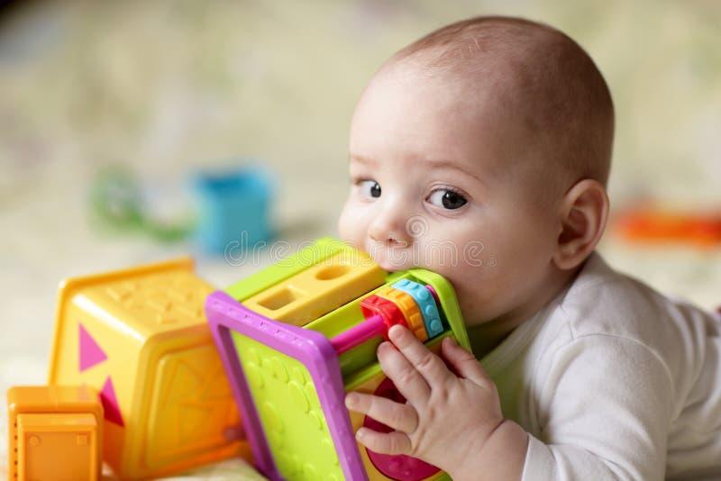 chłopiec zjadliwa zabawka fotografia royalty free