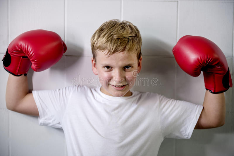 Chłopiec zwycięstwa Bokserski zaufanie Pozuje Wygranego pojęcie fotografia stock