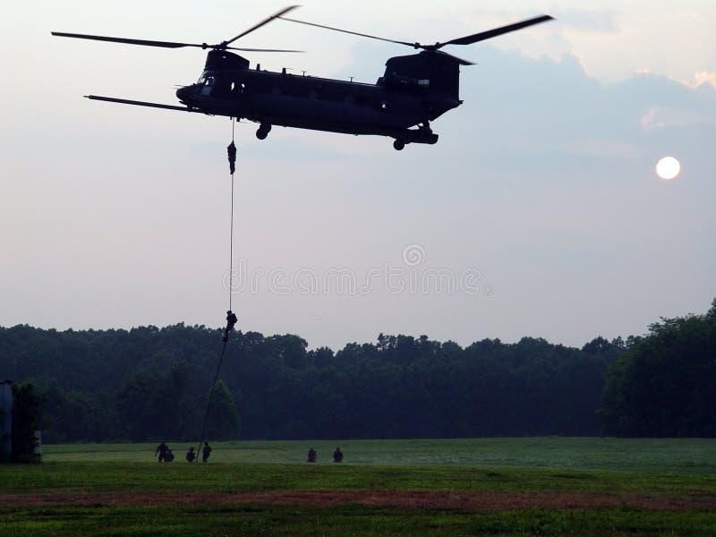 CH-47 Helicoptor e forze speciali digiunano Roping immagine stock