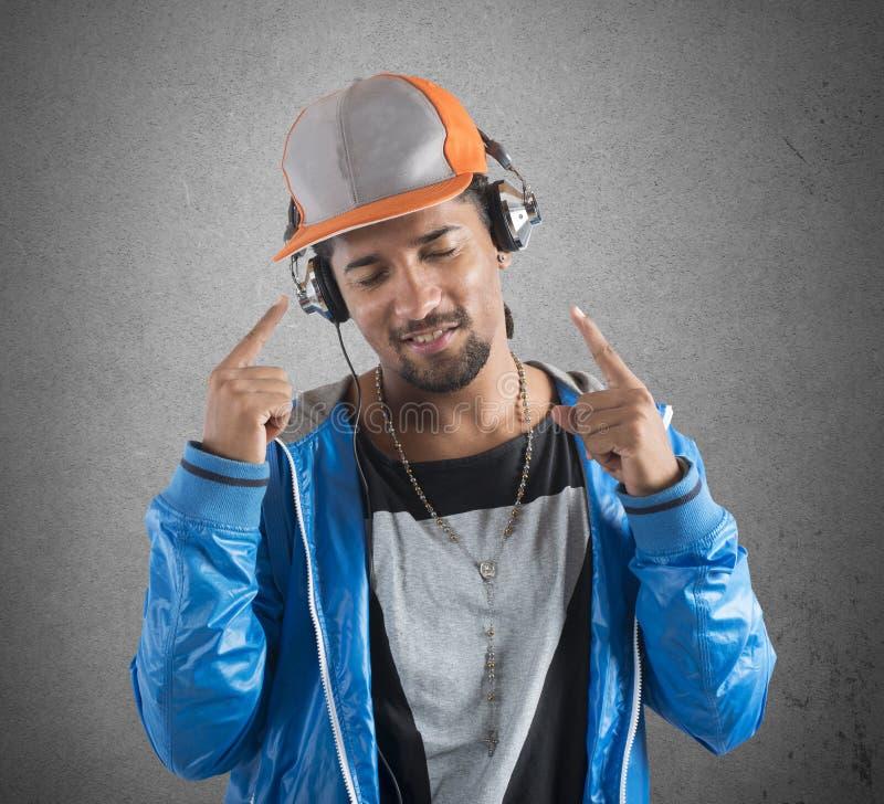 Ch?odno ch?opiec s?ucha muzyk? zdjęcie royalty free