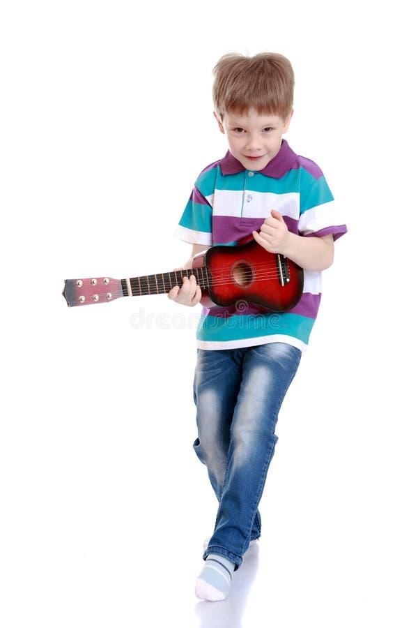 Download Chłopak gra gitara zdjęcie stock. Obraz złożonej z śliczny - 57669922