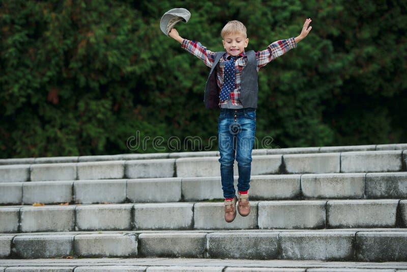 Download Chłopiec Doskakiwanie Na Schodkach Zdjęcie Stock - Obraz złożonej z radosny, chłopiec: 57670912