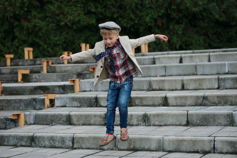 Download Chłopiec Doskakiwanie Na Schodkach Zdjęcie Stock - Obraz złożonej z potomstwa, atrakcyjny: 57672212