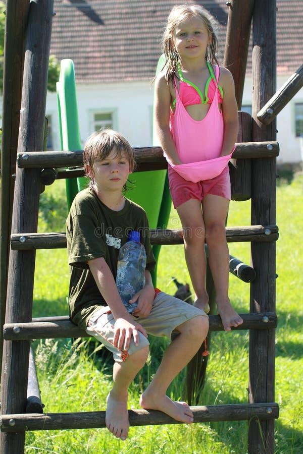 Download Chłopiec Dziewczyny Obruszenie Mokry Zdjęcie Stock - Obraz: 25305874