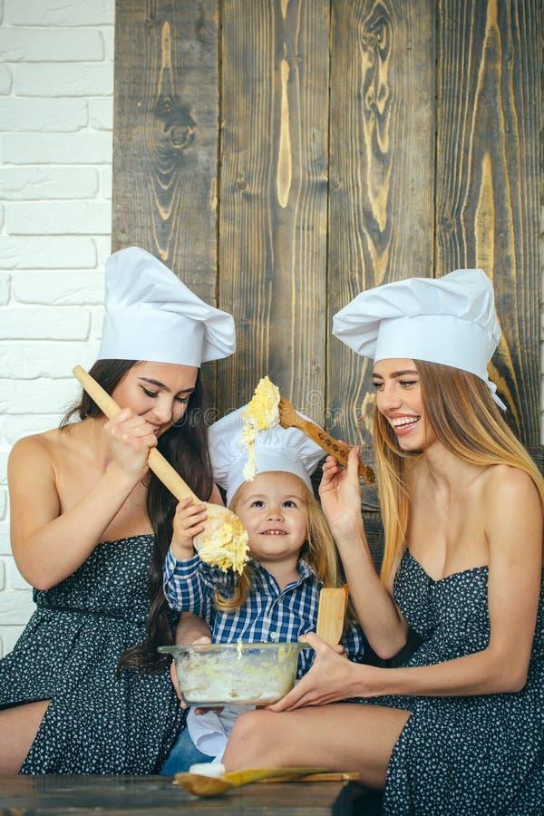 Ch?opiec i dziewczyny w szef?w kuchni kapeluszach zdjęcia stock