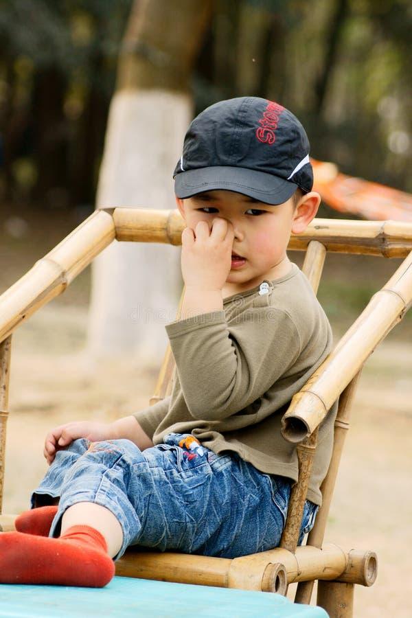 Chłopiec nosa zrywanie