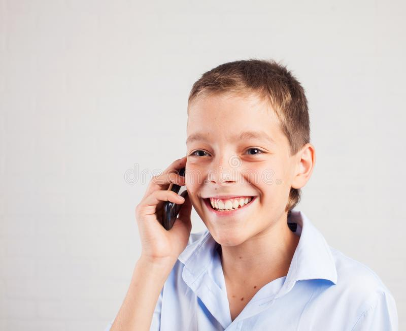 Ch?opiec opowiada telefon obraz stock