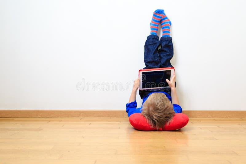 Download Chłopiec Patrzeje Dotyka Ochraniacza Obraz Stock - Obraz złożonej z wnętrze, playing: 53791927