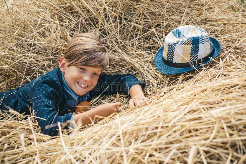 Ch?opiec reklamuje naturalnych produkty Ch?opiec reklamuje dzieci ` s odziewa dla jesieni rozochocony ch?opiec portret zdjęcie stock