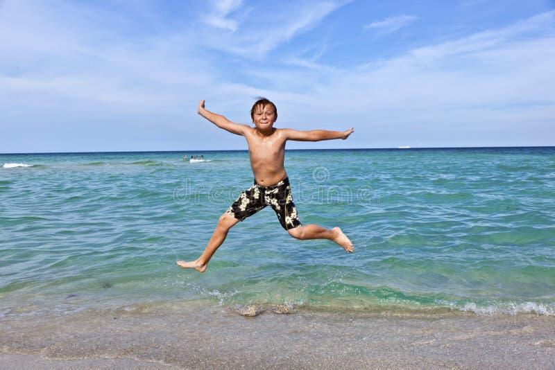 Download Chłopiec Skacze W Kipieli Ocean Obraz Stock - Obraz złożonej z chłopiec, błękitny: 28974273