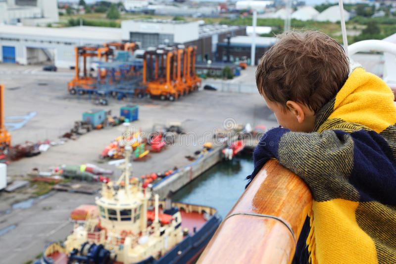 Download Chłopiec Target605_0_ W Szkockiej Kraty Spojrzeniu Przy Portem Zdjęcie Stock - Obraz: 26337596