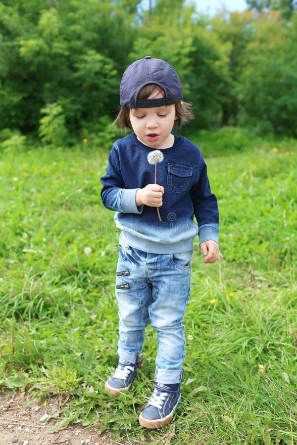 Download Chłopiec z blowball zdjęcie stock. Obraz złożonej z malutki - 57657442