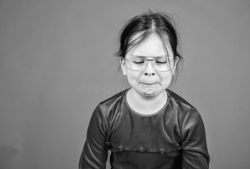 Ch?ri d?sesp?r?e Fond violet fille ?motive de visage de petite Ne peut pas arr?ter ses sentiments Contr?le ?motif perdu Fille photos libres de droits