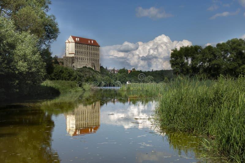 Ch?teau de Plumlov Château romantique Plumlov, republika d'esk Surface de l'eau sur laquelle le bâtiment est réfléchi image libre de droits