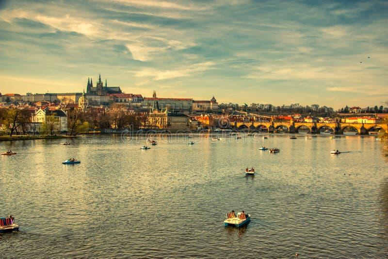 Ch?teau de Prague de rivi?re de Vltava avec des bateaux photo libre de droits