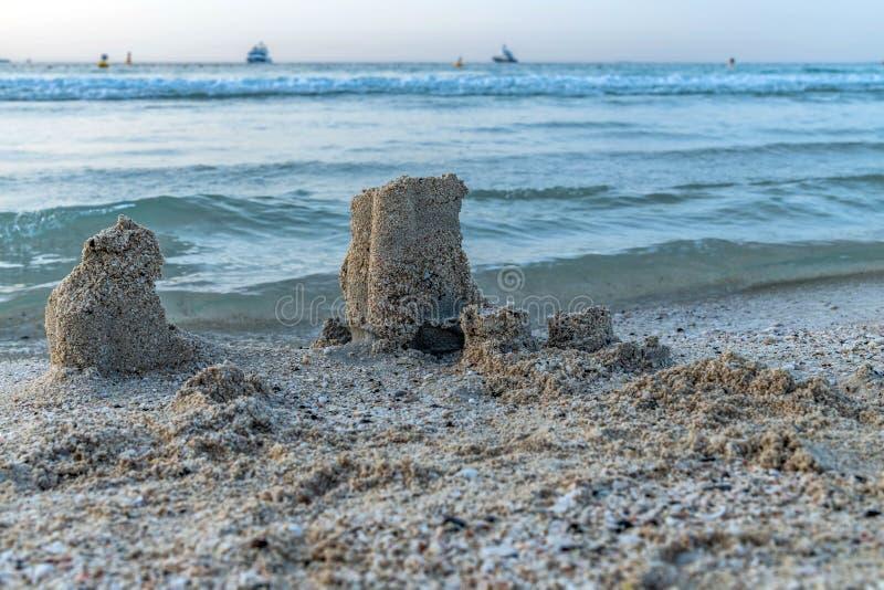 Ch?teau de sable ? la plage sablonneuse image stock