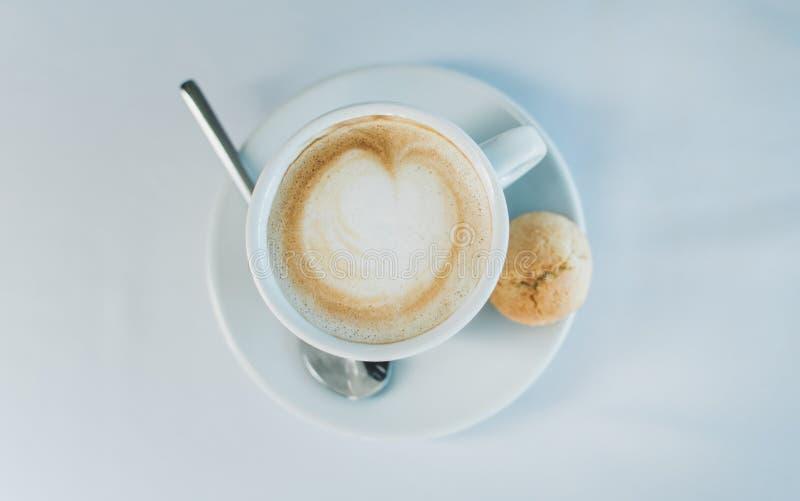 Ch?vena de caf? em uma superf?cie branca fotografia de stock royalty free