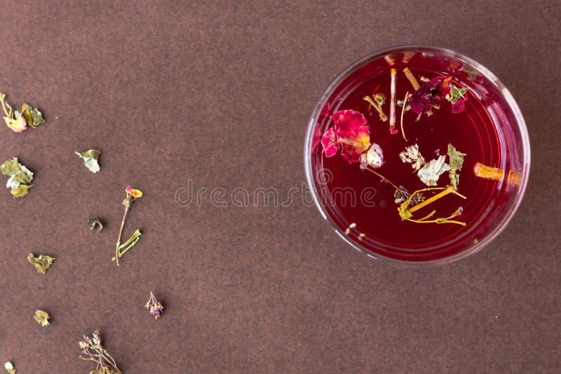 Ch? vermelho do hibiscus em um copo de vidro foto de stock