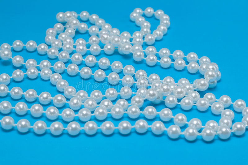 Chaîne de caractères des perles sur le bleu photo stock