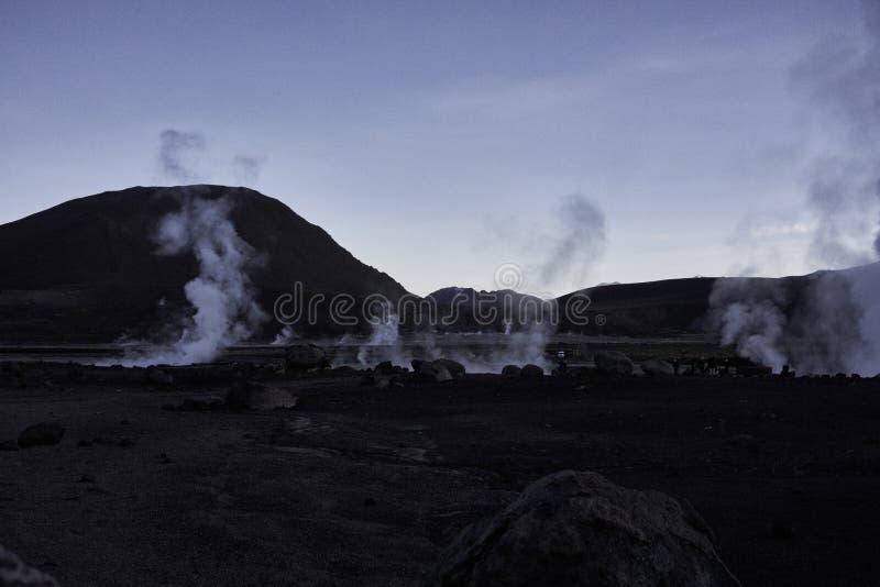 Chaîne de geyser d'EL Tatio et de montagne des Andes image stock