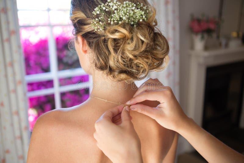 Chaîne de jeune mariée d'attache de demoiselle d'honneur dans le vestiaire photographie stock libre de droits