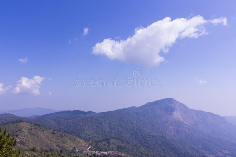 Chaîne de montagne dans l'inthanon de doi dans le chiangmai de chomthong, Thaïlande image libre de droits