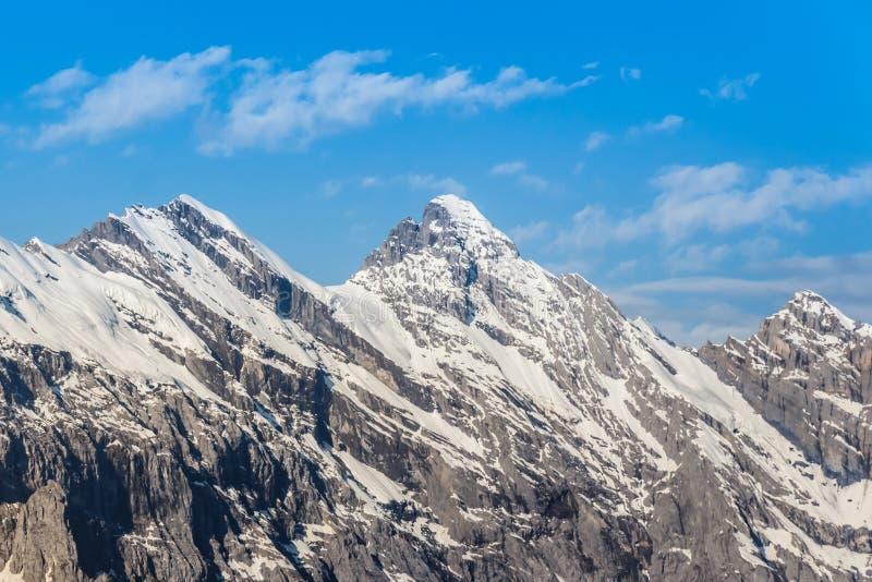 Chaîne de montagne de C avec le ciel bleu en Suisse image stock