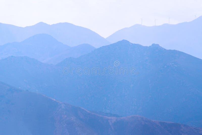 Chaîne de montagne en brouillard photo stock