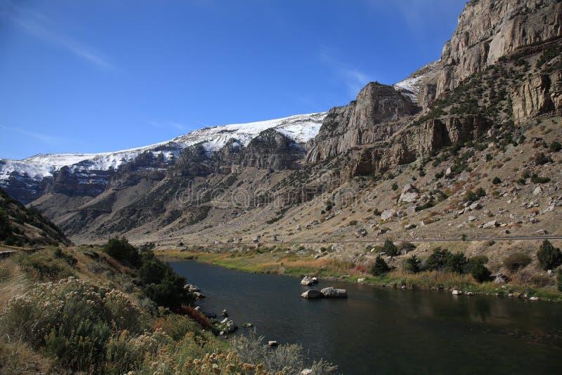 Chaîne de montagne et fleuve - Wyoming images stock