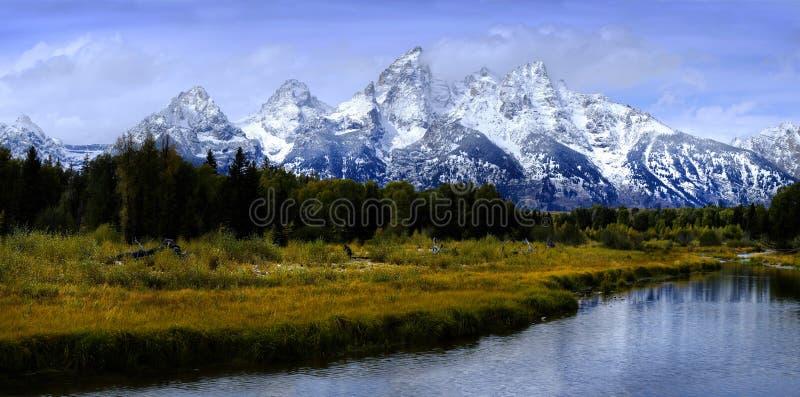 Chaîne de montagne grande de Tetons Teton avec Autumn Trees et la rivière photographie stock libre de droits