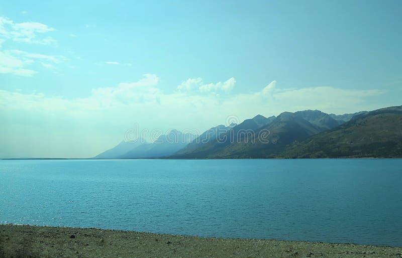Chaîne de montagne sur le lac Yellowstone photographie stock