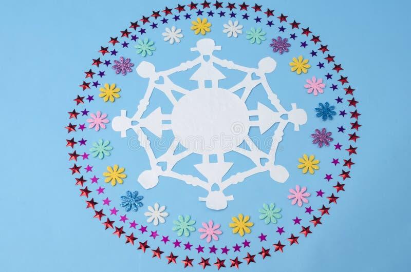 Chaîne de papier et cercles de poupée faits à partir des confettis de fleurs et d'étoiles images stock