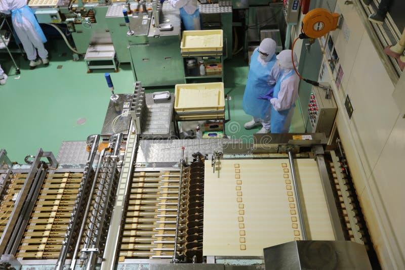 chaîne de production à l'usine de chocolat chez le Japon images libres de droits