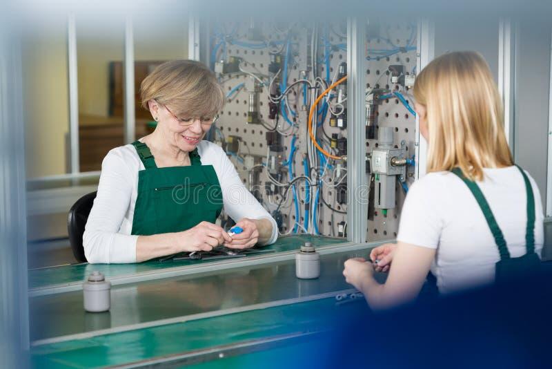 Chaîne de production au centre de fabrication photos stock