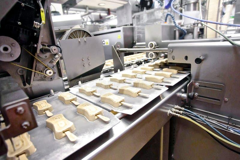 Chaîne de production automatique de crème glacée  image libre de droits