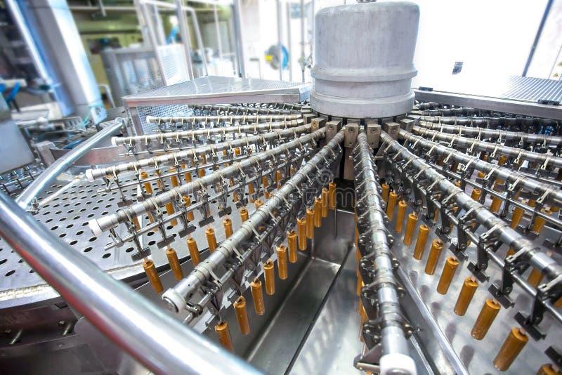 Chaîne de production automatique de crème glacée de fruit photos stock