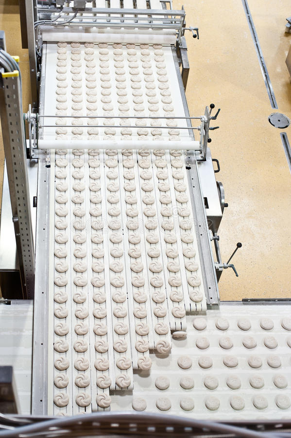 Chaîne de production avec des produits de boulangerie photographie stock libre de droits